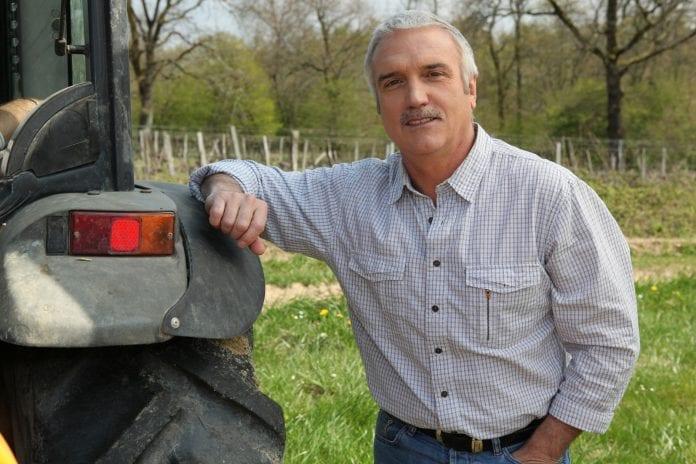 Rolnik przy traktorze