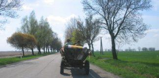 Traktor na wiejskiej drodze