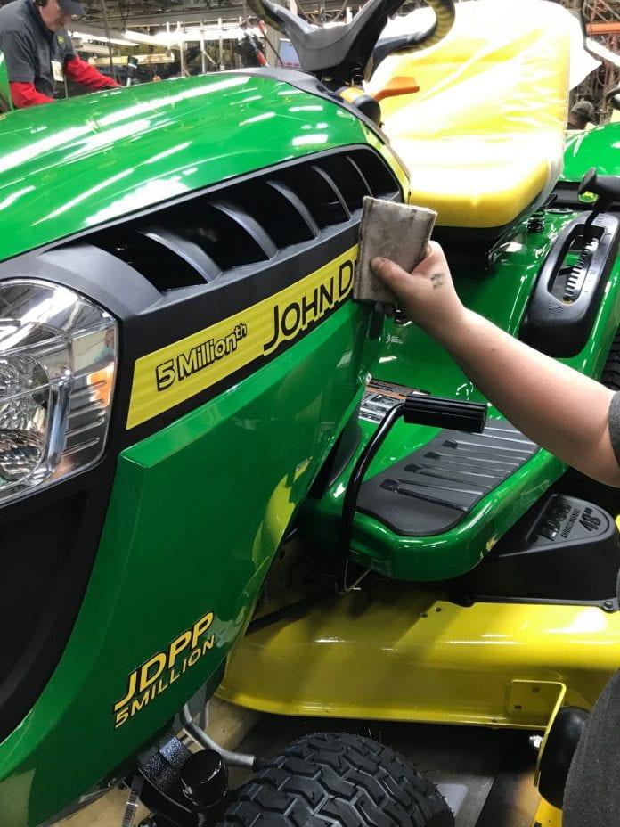 John Deere świętuje 5-milionowy egzemplarz samojezdnej kosiarki trawnikowej z fabryki w Greeneville w stanie Tennessee