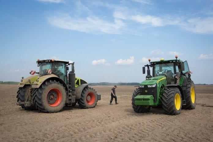 Porównanie ciągników CLAAS AXION 960MR i John Deere 8400R