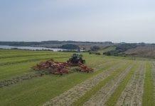 188,9 hektarów w 8 godzin! KUHN ustanawia rekord świata w ilości zgrabionego pokosu za pomocą zgrabiarki karuzelowej GA 15131