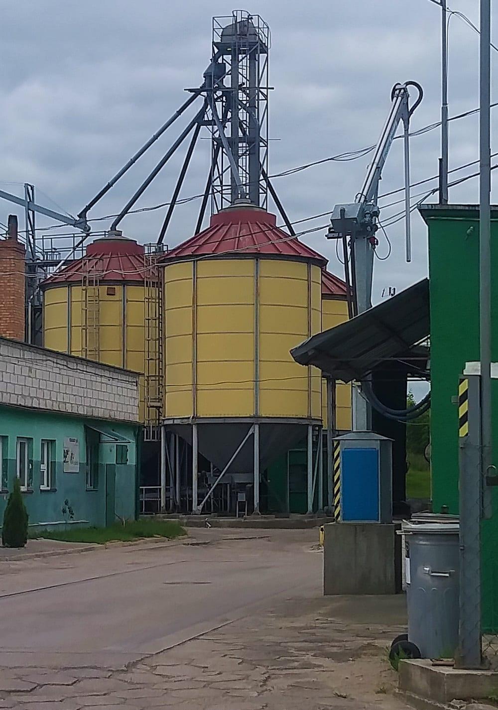Fot. 1- Spora instalacja silosów lejowych, wykorzystywana przez przedsiębiorstwo.