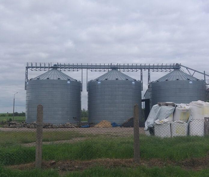 Fot. 2- Potężne silosy płaskodenne do długotrwałego przechowania zbóż.