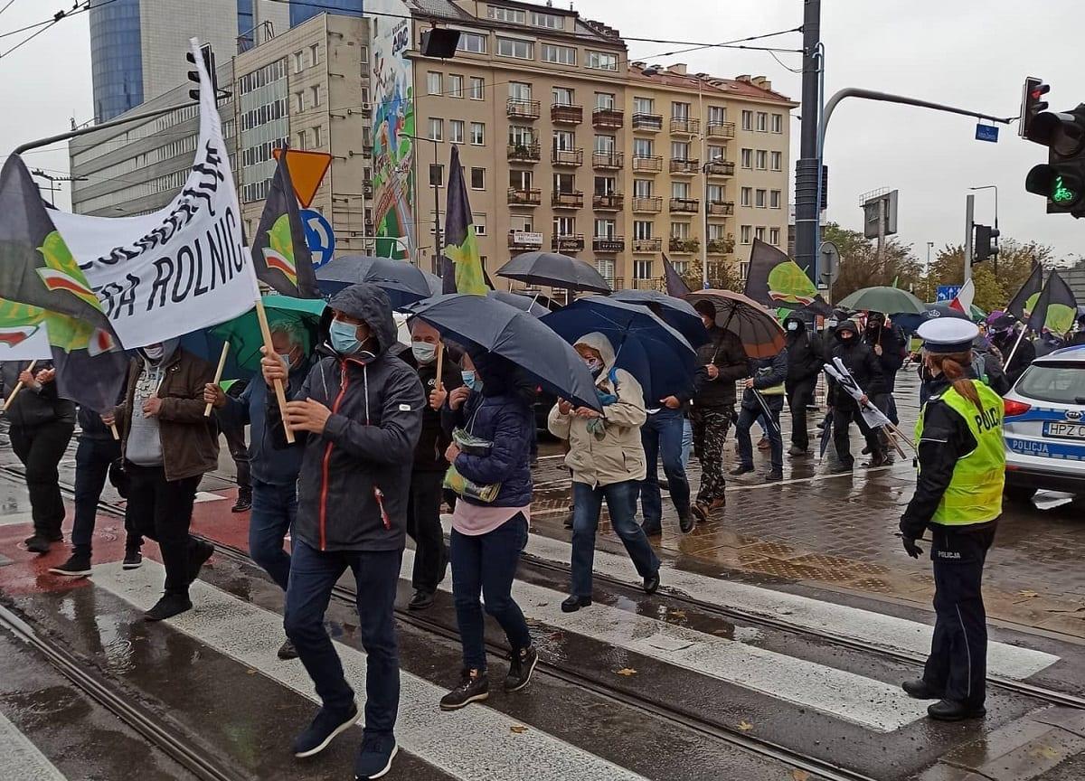 """Warszawa - Protest rolników w Warszawie przeciwko przyjęciu """"Piątki dla zwierząt Kaczyńskiego"""" - 13.10.2020"""