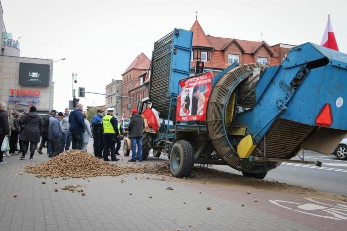 Ziemniaki wysypane pod biurem posła. Protesty rolników w Chojnicach